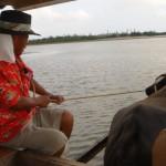 沖縄西表島にて、水牛に乗って海を渡った